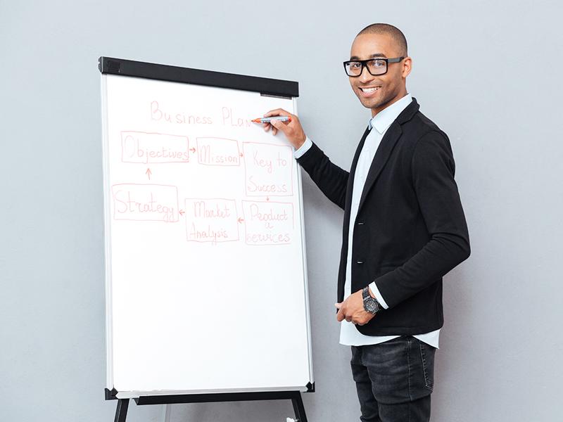 Mann an einem Whiteboard