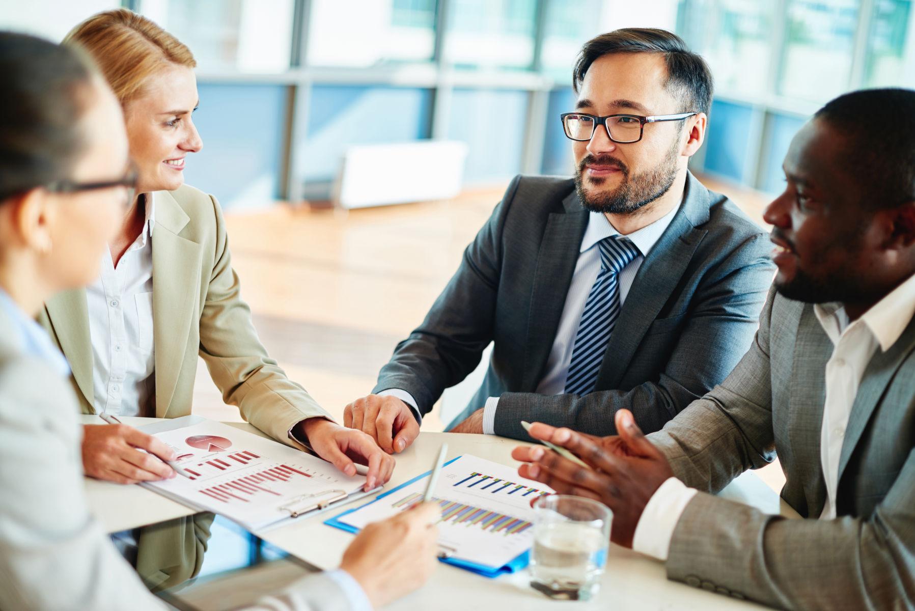 drei Personen in einer Business-Beratung